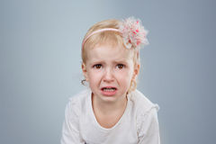 Il piccolo bambino sta gridando immagini stock libere da diritti