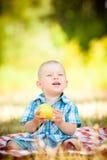 Il piccolo bambino sveglio ha un picnic Fotografie Stock Libere da Diritti