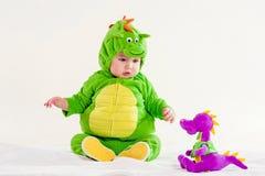 Il piccolo bambino in un vestito di un drago Fotografie Stock Libere da Diritti