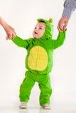 Il piccolo bambino in un vestito di un drago Fotografie Stock