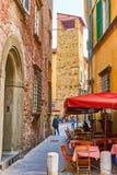 Il piccolo caffè all'aperto a Lucca, Italia fotografie stock