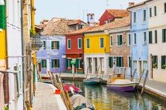 Il piccolo canale ha allineato con le case variopinte Burano, Italia Fotografia Stock Libera da Diritti