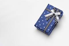 Il piccolo contenitore di regalo blu con il nastro ed i cerchi completano Fotografia Stock Libera da Diritti