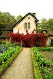 Il piccolo cottage ed il cottage fanno il giardinaggio nel villaggio della regina, Versailles, Francia Fotografie Stock