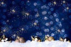 Il piccolo cuore ha modellato la decorazione su neve, immagine stock libera da diritti