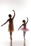 Il piccolo dancing della ballerina con l'insegnante personale di balletto nello studio di ballo fotografie stock libere da diritti