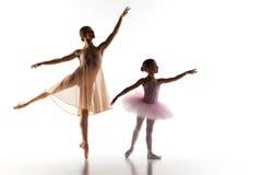 Il piccolo dancing della ballerina con l'insegnante personale di balletto nello studio di ballo immagini stock libere da diritti