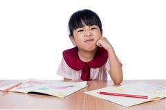 Il piccolo disegno cinese asiatico della ragazza con il colore disegna a matita Fotografia Stock Libera da Diritti