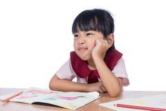 Il piccolo disegno cinese asiatico della ragazza con il colore disegna a matita Fotografie Stock Libere da Diritti