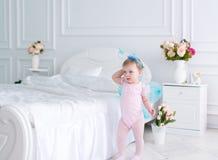 Il piccolo fatato con le ali in un vestito rosa Fotografia Stock