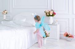 Il piccolo fatato con le ali in un vestito rosa Immagini Stock