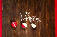 Il piccolo formaggio rotondo in paraffina ingrassa il fondo di legno scuro, copia lo spazio fotografie stock