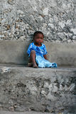 Il piccolo gil africano dalla carnagione scura, circa 4 anni, è r Fotografia Stock Libera da Diritti