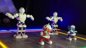Il piccolo giocattolo bionico bambini attivamente e rapidamente ballanti della passerella mostra 4K stock footage
