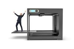 Il piccolo imprenditore con le mani si è alzato nella vittoria che sta sul letto di stampa estratto di 3D-printer Fotografia Stock Libera da Diritti