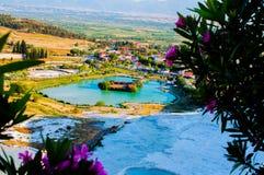 Il piccolo lago che guarda dal terrazzo bianco in Pamukkale fotografie stock libere da diritti