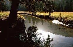 Il piccolo lago in regione montagnosa attracca Fotografia Stock