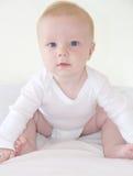 Il piccolo neonato sveglio sta sedendosi Fotografia Stock Libera da Diritti