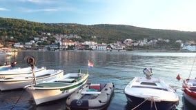 Il piccolo paesino di pescatori in Croazia, pescherecci tradizionali in porto, Vinjerac vicino a Zadar, filtra da sinistra a dest archivi video