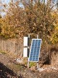 Il piccolo pannello solare sul treno segue la tecnologia fotografia stock