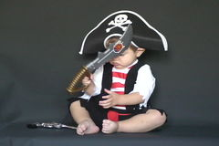 Il piccolo pirata con una sciabola video d archivio