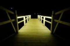 Il piccolo ponte di legno illuminato sta aspettandovi fotografia stock