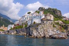 Il piccolo porto del villaggio con le case variopinte, situato sulla roccia, costa di Amalfi, Italia Fotografia Stock