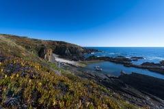 Il piccolo porto di pesca di Lapa das Pombas, a Almograve nell'Alentejo, il Portogallo Fotografia Stock Libera da Diritti