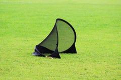 Il piccolo portone di calcio per la formazione scherza agli sport il calcio in uno stadio con l'erba verde del prato inglese Fotografia Stock Libera da Diritti
