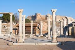 Il piccolo quadrato romano con le colonne di pietra rema in ephesus Archaeologi immagini stock libere da diritti
