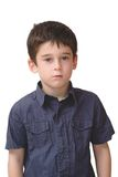 Il piccolo ragazzo anziano sveglio serio si leva in piedi isolato Immagine Stock Libera da Diritti