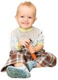 Il piccolo ragazzo di risata con un martello del giocattolo, su un fondo bianco Immagine Stock Libera da Diritti
