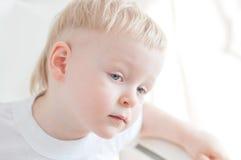 Il ragazzino sta guardando in avanti Fotografie Stock Libere da Diritti