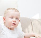 Il ragazzino sta guardando in avanti Fotografia Stock
