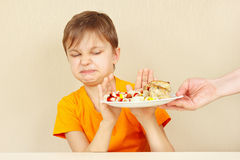 Il piccolo ragazzo scontento rifiuta di mangiare la pasta con la crocchetta Fotografie Stock Libere da Diritti