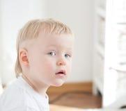 Il ragazzino sta esaminando la macchina fotografica Immagine Stock Libera da Diritti