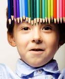 Il piccolo ragazzo sveglio con le matite di colore si chiude su fotografia stock libera da diritti