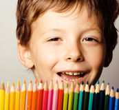Il piccolo ragazzo sveglio con le matite di colore si chiude sul sorridere royalty illustrazione gratis