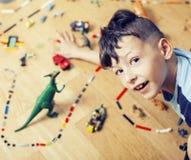 Il piccolo ragazzo sveglio del bambino in età prescolare che gioca il lego gioca a casa sorridere felice, concetto dei bambini di Fotografia Stock Libera da Diritti