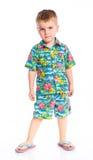 Il piccolo ragazzo sveglio si è vestito in vestiti della spiaggia Fotografie Stock Libere da Diritti