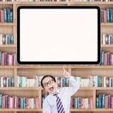 Il piccolo scolaro allegro ottiene l'idea Fotografie Stock
