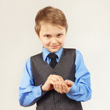 Il piccolo signore alla moda ha fissato i bottoni sulla camicia del blu della manica Fotografia Stock