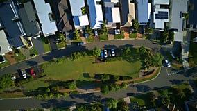 Il piccolo stretto della terra divide la proprietà del canale della barca della Gold Coast e la proprietà in lotti di RiverLinks  Fotografie Stock Libere da Diritti