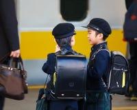 Il piccolo studente giapponese ha aspettato un treno alla scuola Fotografia Stock Libera da Diritti