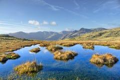 Il piccolo Tarn su Howe d'argento, una collina nel distretto inglese del lago immagini stock libere da diritti