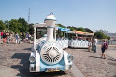 Il piccolo treno di navetta turistico variopinto prende i passeggeri attraverso questa città turistica in Germania del Nord fotografia stock