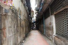 Il piccolo vicolo per la camminata della gente va al mercato della plaza di Sampeng fotografie stock