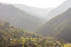Il piccolo villaggio al piede delle montagne serbe Immagini Stock