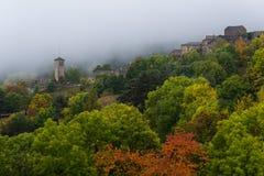 Il piccolo villaggio di Fanlo Huesca avvolto fra nebbia e vege Fotografie Stock Libere da Diritti
