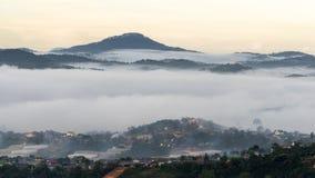 Il piccolo villaggio in nebbia, alcune dove vicino a Dalat, Vietnam Immagini Stock Libere da Diritti